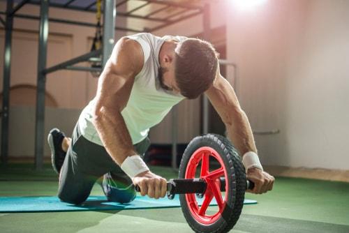 アブローラー腹筋ローラーをする男性