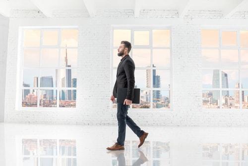 オフィスを歩く男性