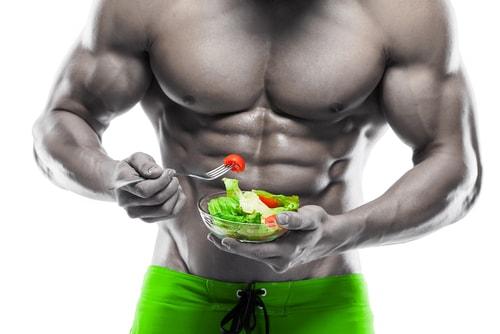 サラダを食べるマッチョ