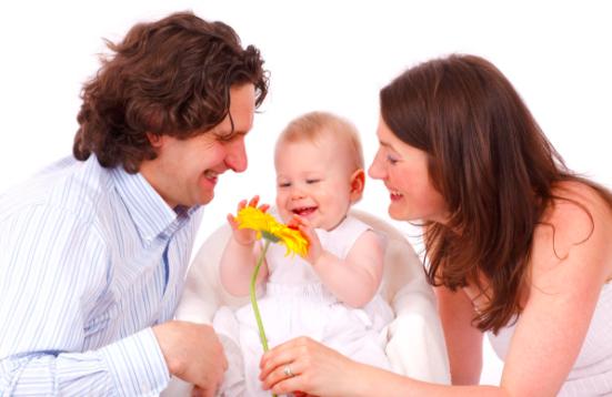両親と赤ちゃん
