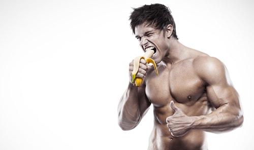 バナナを食べるイケメンマッチョな男性