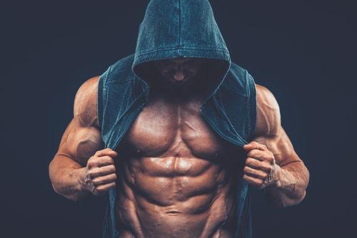 パーカーから見える筋肉