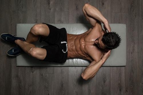 腹筋トレーニングしている男性