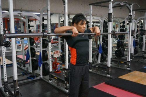 バーベルアップライトロウをするパーソナルトレーナーの糸井克徳さん