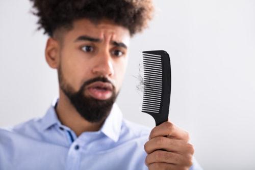 抜け毛にショックを受ける男性