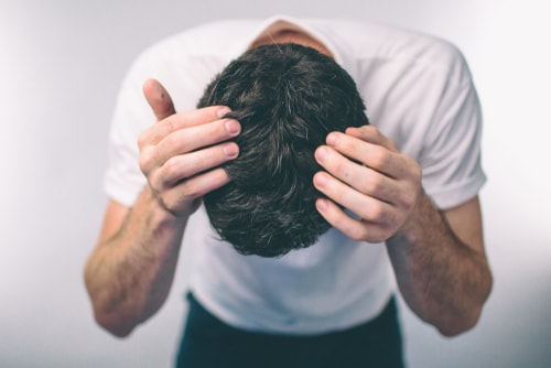 頭部を確認する男性