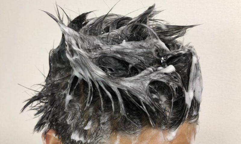 haruシャンプーで頭を洗っている様子