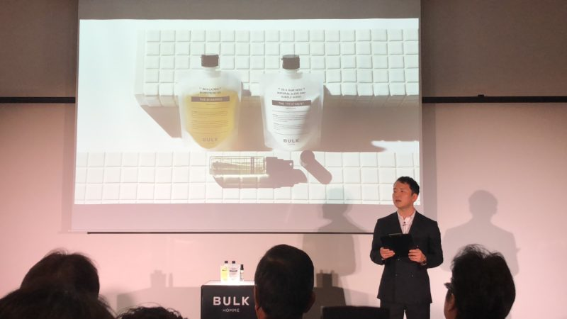 バルクオムヘアケア3製品を説明するCEO・野口卓也氏