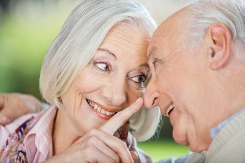 鼻を触る老夫婦