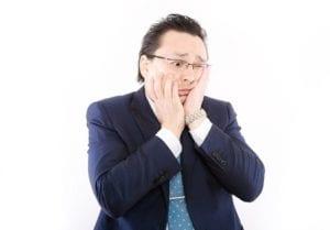 ショックを受ける男性のイメージ画像