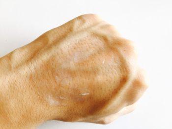 デオシーククリームを手の甲に伸ばした状態