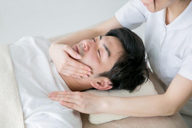 メンズエステで小顔施術を受けている男性