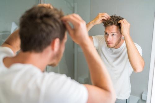 髪をチェックする男性