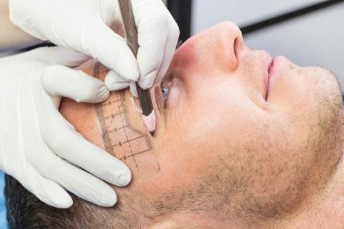 眉サロンで施術を受ける男性