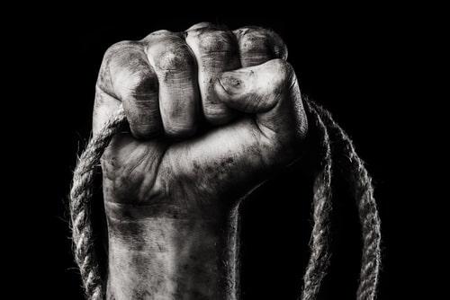 ロープを握る男性の手