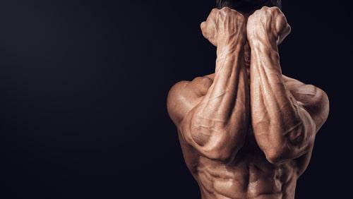 前腕筋を見せる男性