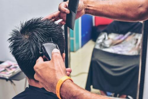 バリカンで後頭部を刈る様子