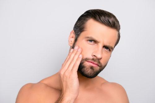 髭を気にする男性
