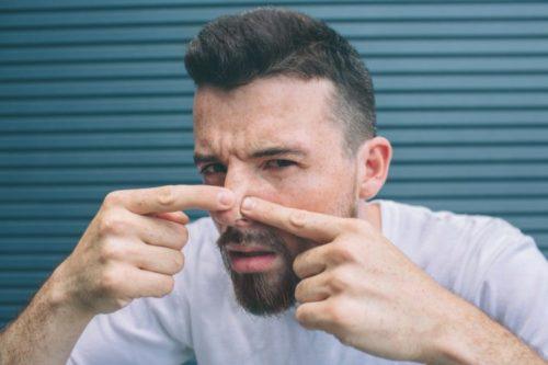 鼻の角栓取っている男性