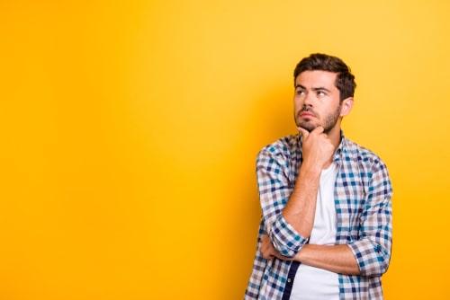 育毛剤について疑問を抱える男性