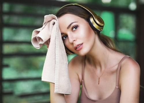 運動後にタオルで汗を拭く女性