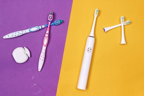 電動歯ブラシと歯ブラシ