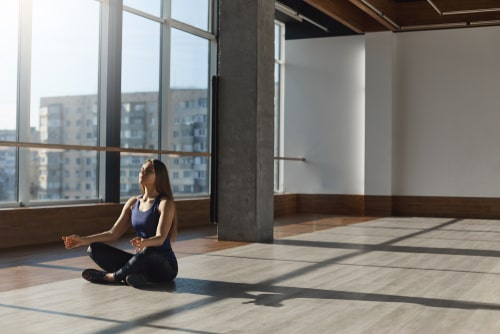 スタジオで瞑想