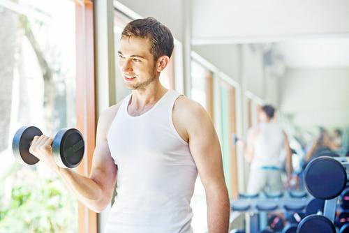 腕のトレーニングをする男