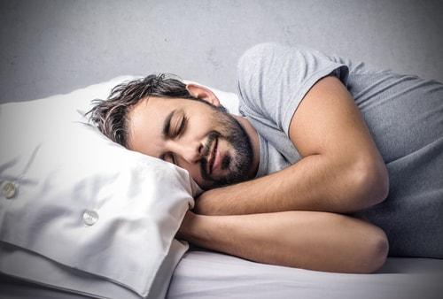 良質な睡眠をとっている男性