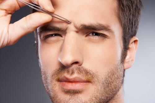眉毛を整える男性