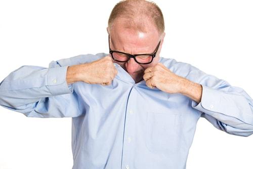 スーツを着たサラリーマンがワキガを気にする様子を説明する画像
