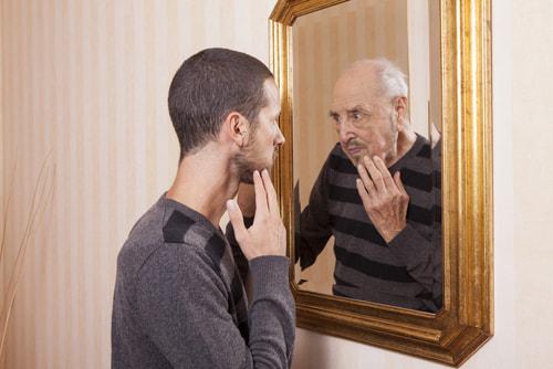 鏡を見る若者鏡に映る老人