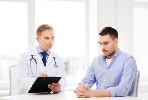 医者と悩む男性患者