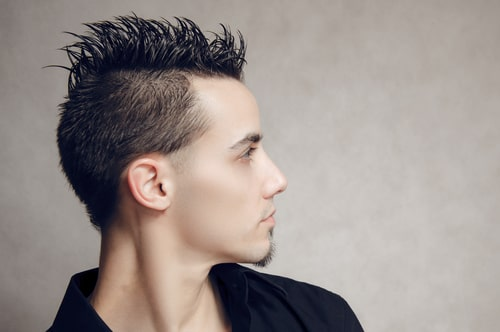 短髪の男性