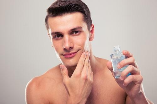 化粧水をつける男性