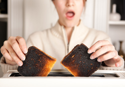 焦げたトースト焦げ臭