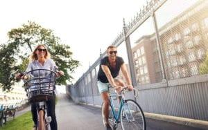 街乗りサイクリングカップル