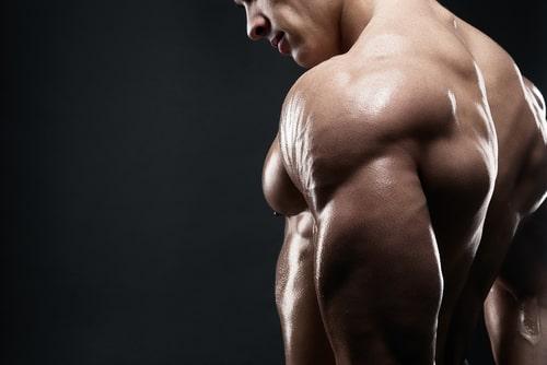 三角筋が発達していて肩幅が広い男性
