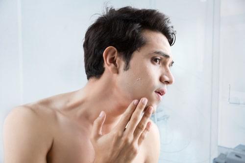 顎のたるみを気にする男性