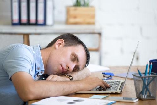 睡眠が不足している男性