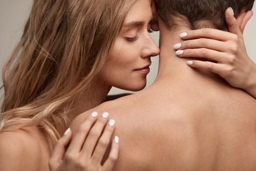 いい匂いがする男性と寄り添う女性