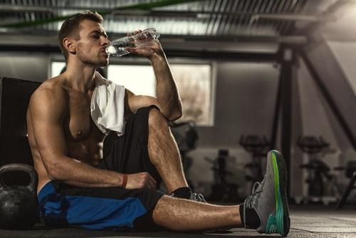 トレーニングの休憩をする男性