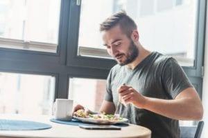 栄養バランスの整った食生活を送っている男性